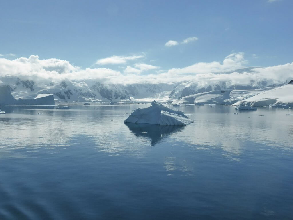 guide-antarctica-fly-cruises-icebergs-antarctic-peninsula